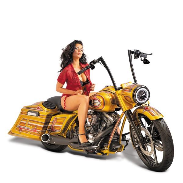 Uitgeknipte schaarsgeklede dame op een gouden motor voor onze klant Zodiac