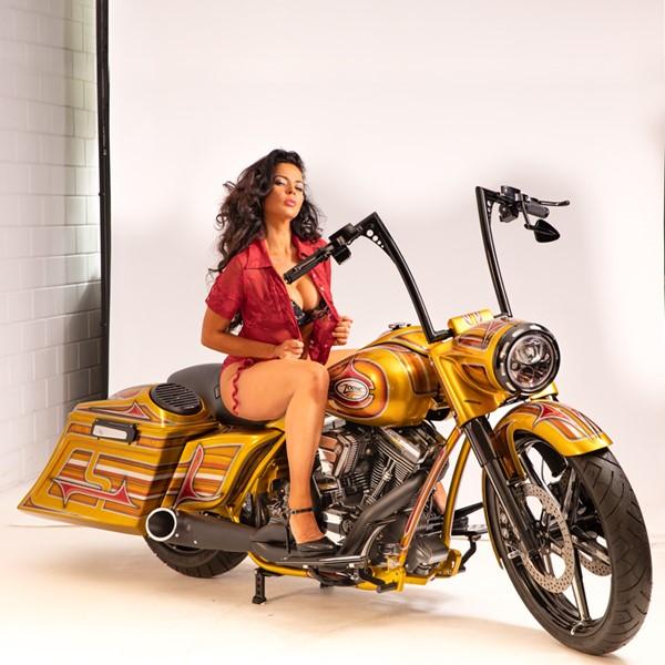 Een schaarsgeklede dame op een gouden motor voor onze klant Zodiac