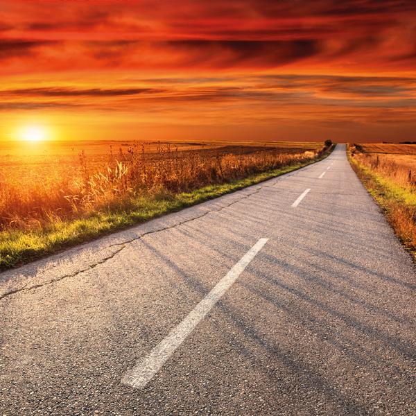 Weg met een ondergaande zon