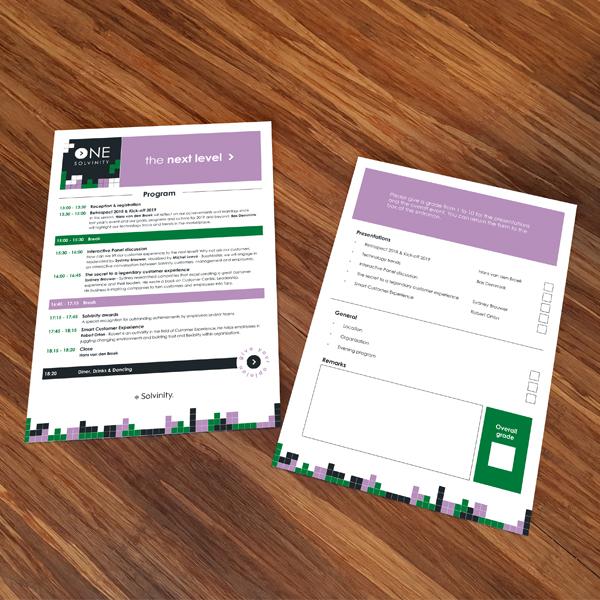 Voor en achterkant van flyer voor Next Level event op een houten tafel