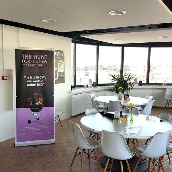 Roll up banner in de kantine van Solvinity
