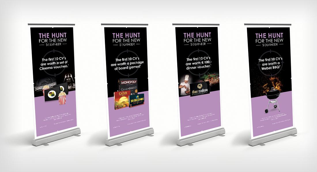 Vier roll up banners uit verschillende actieweken van de campagne voor Solvinity