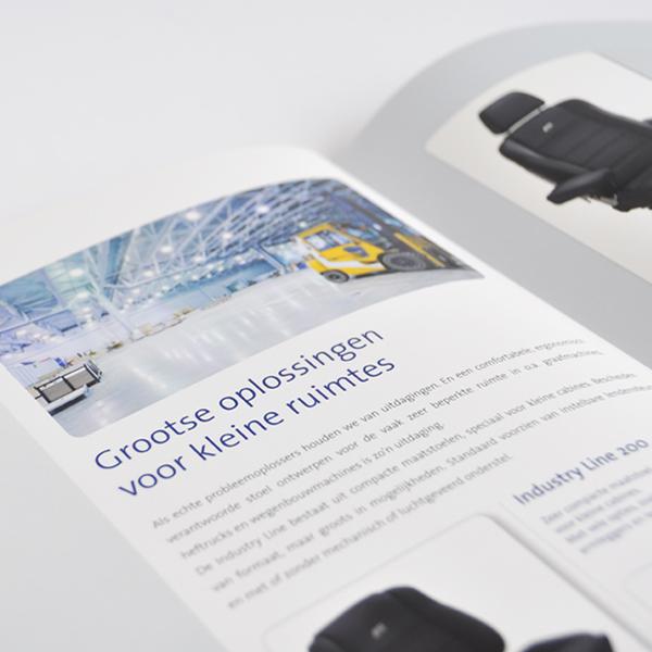 Opengeslagen brochure voor ASS Autostoelen