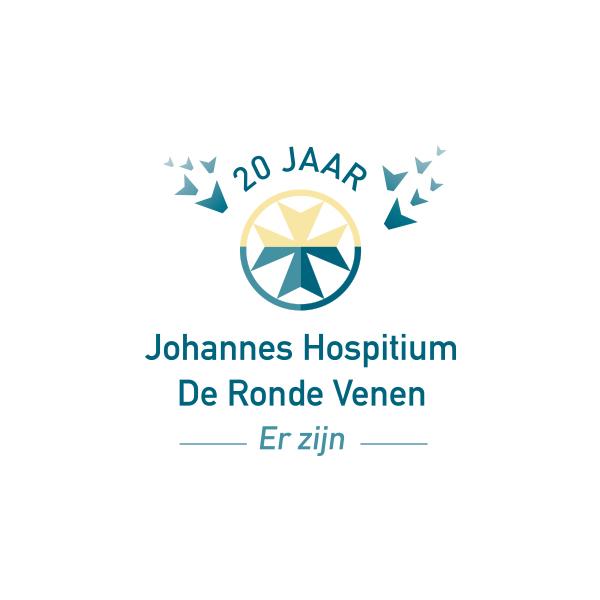 Geel, blauw jubileum logo voor het Johannes Hospitium