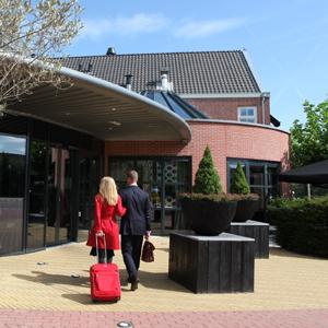 Man en vrouw arriveren bij Hotel Mijdrecht
