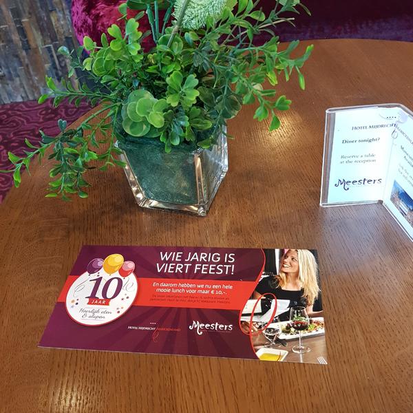 Lunchkaartje Hotel Mijdrecht op tafel in hotel met vaas ernaast
