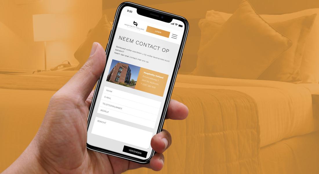 Hand die telefoon vasthoudt met contactformulier van Hospitality Holland website