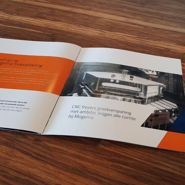 Binnenkant van de brochure met foto van CNC frezers
