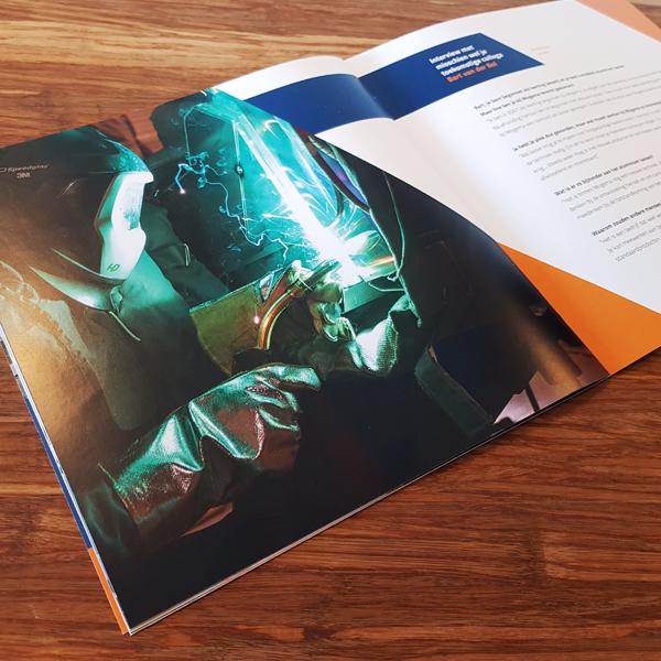 Persoon met kap die last, uit de binnenkant van een wervende brochure