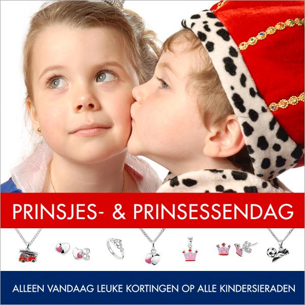 Jongen met een kroon op kust meisje op haar wang. nhaker op Prinsjesdag voor Swaab Juweliers