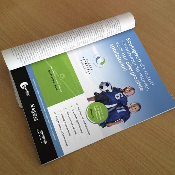 Opengeslagen magazine met advertentie voor Sportveldkorrels.nl
