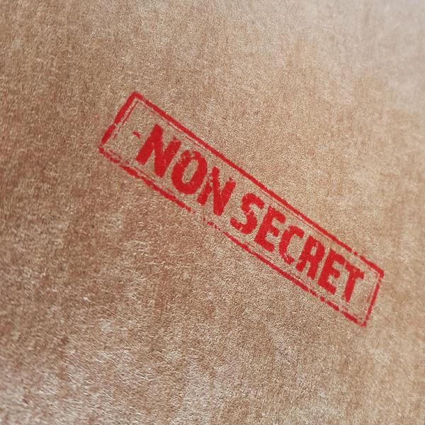Rode 'Non-secret' stempel op bruine achtergrond