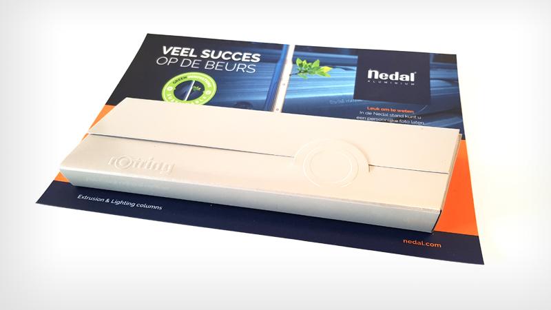 Relevante relatiegeschenk voor Nedal, flyer voor beursgenoten met Rotring pen