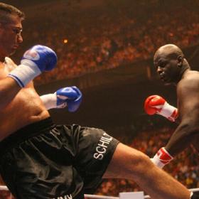 Twee vechtende mannen in een boxring