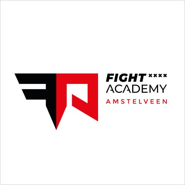 Witte achtergrond met een krachtig logo van de Fight Academy in zwart en rood