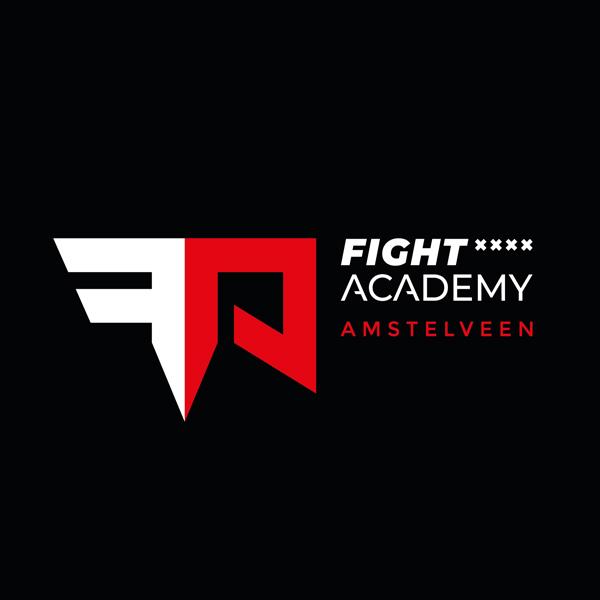 Zwarte achtergrond met rood-wit logo van de Fight Academy