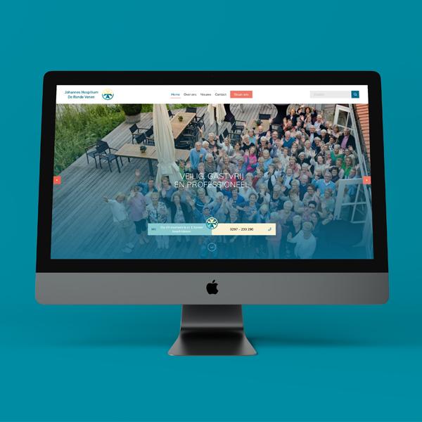 Foto van vrijwilligers van het Johannes Hospitium op de homepagina van de nieuwe website in een Macbookscherm