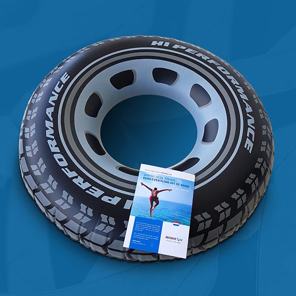 Opgeblazen autoband met hierop meegestuurde flyer voor Holland Tyre
