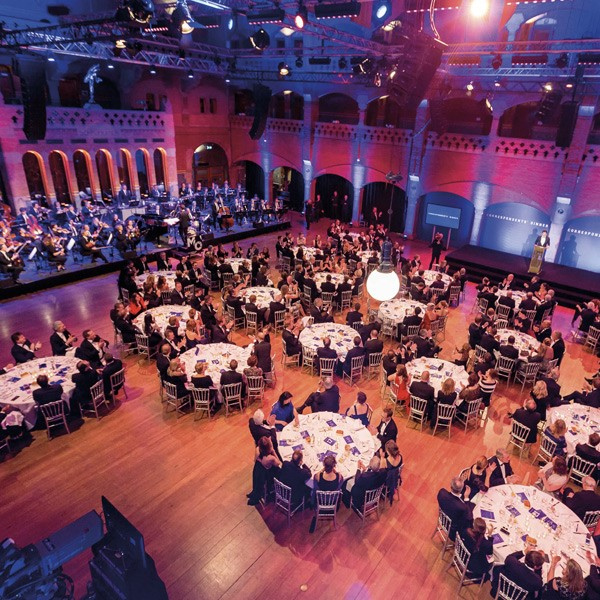 Zaal met ronde tafels